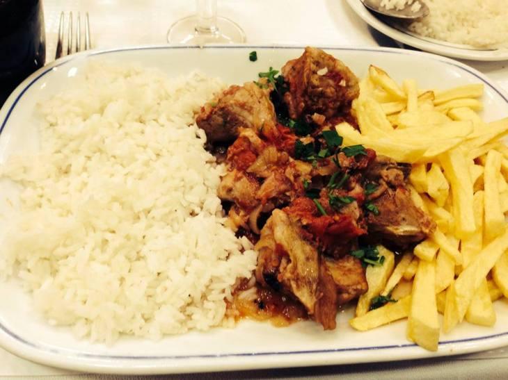 mięsny gulasz z obowiązkowym ryżem i frytkami :-)