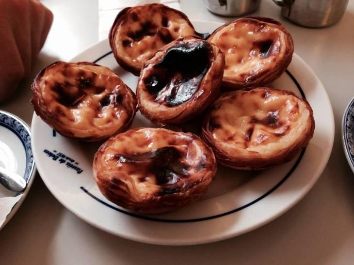 pasel de belem w cukierni Antiga Confeitaria Pastéis de Belém, która wypieka ciasteczk od 1837 roku! To właśnie w tym miejscu uchodzą za te najbardziej oryginalne i niepowtarzalne. Ich nazwa jest również zastrzeżona.