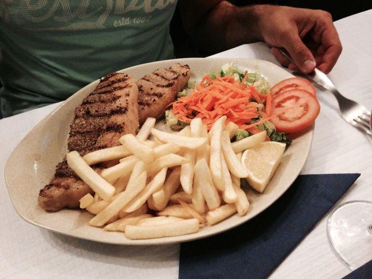 stek o stopniu wysmażenia rare - kelner za wczasu informuje, iż kucharz przygotowuje go wyłącznie w taki sposób; mimo obaw, stek był mistrzowski