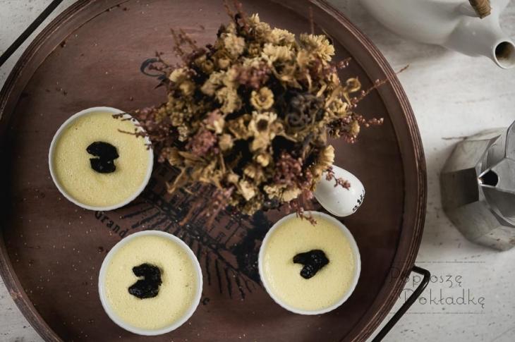 Krem z białej czekolady z białym makiem i śliwkami - poziome (małe)