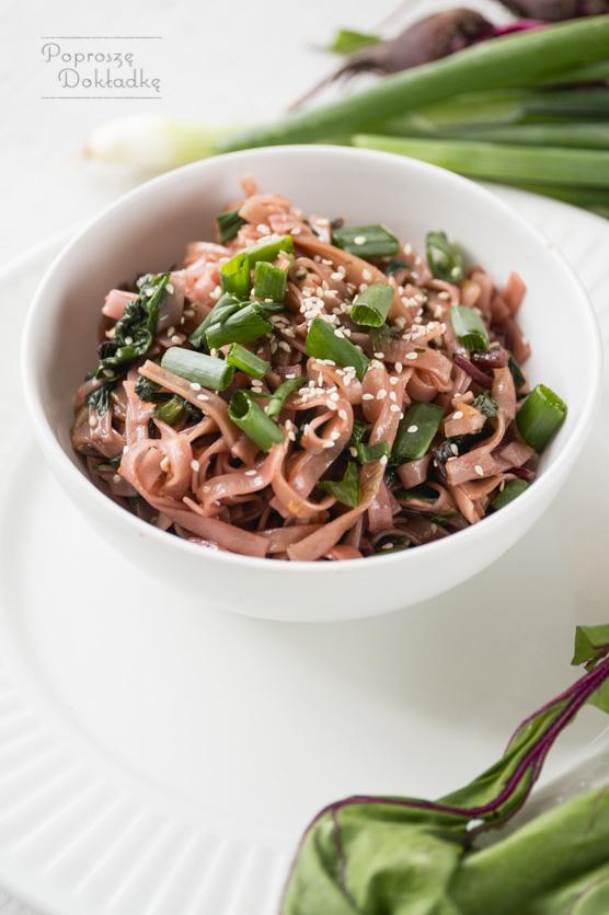 Makaron ryżowy smażony z botwinką przepis