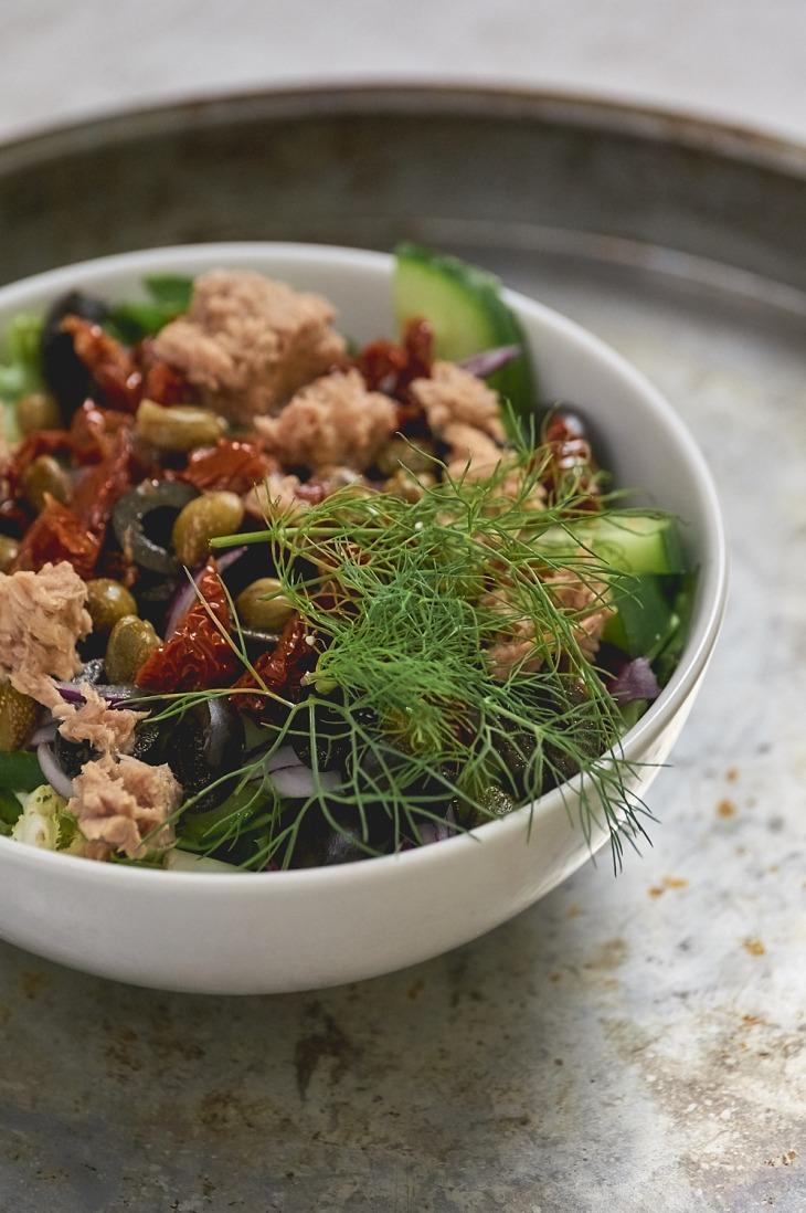 Sałatka z tuńczykiem, suszonymi pomidorami, oliwkami i ogórkiem przepis